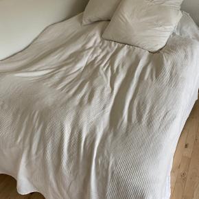 Hvidt sengetæppe med diskret mønster fra IKEA.   Måler 230x250cm   Pudebetrækkene er også til salg - 50kr Per stk