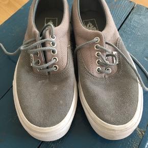 Skoene er meget lidt brugt, fremstår næsten som nye