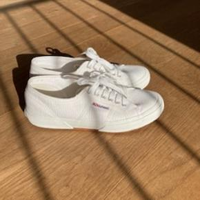 Fine hvide sko, aldrigt brugt.