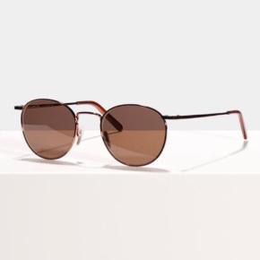Solbriller fra Ace & Tate Model: Neil Farve: Saffron I ubrugt og perfekt stand. Ingen ridser eller brugsspor. Kvittering medfølger med 1 års resterende garanti. Man kan se flere billeder og oplysninger om brillen på deres hjemmeside. Original etui medfølger.