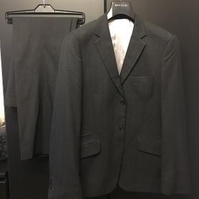Fint jakkesæt fra Bertino. Str. M-L Bukserne er langt lidt op.