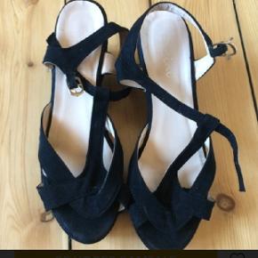 Sandal med kilehæl, 7cm. Er en str 39, men vil mene en str 38 også kan bruge dem.