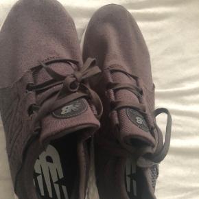 New Balance sneakers i mørke lilla.  Brugt 1 gang. I super stand.