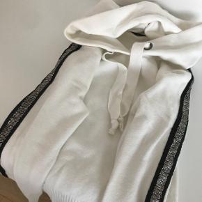 Sælger denne super fede hættetrøje. Str S. Mp 300kr. Sælges da jeg ikke får den brugt.