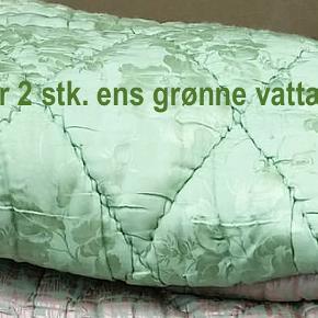 Vattæppe Størrelse: 130x190 cm  HAR KUN 1 STK TILBAGE NU.  Ensfarvede vattæpper i virkelig god stand.  Forside i grønt silkelign. stof (med blomster).  Bagside i grøn bomuld (uden blomster).   Pris er pr. stk