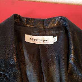 Martinique sort læderjakke, brugt men velholdt. Svarende til en str. L. Sendes gerne men for købers regning. Der kan betales med Mobilepay.
