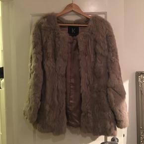 Sælger denne grå pels fra Kopenhagen By Andersen, str 38 (M). 100% Fur.  Den lukkes med kroge.