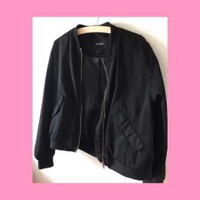 Monki bomber jakke. Sort, basic jakke. Byd