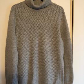 Dejlig Lin sweater med uld i og jeg mener det er 50 %. Ikke en kvalitet der kradser. Størrelsen er meget tro med en L  Brystvidden er 55 cm x2 og længden fra nakken og ned er 64 cm.  Brugt få gange og vasket på uldprogram.  Nypris 600 kr.