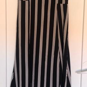Stropperne ude i siderne er selvfølgelig kun til at hænge op bøjlen, selve kjolen har kun stropper rundt om halsen.