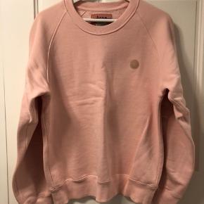 Sælger denne lyserøde Acne sweatshirt med tekst på armen, da jeg må indse at jeg ikke får brugt lyserød. Tyk, lækker kvalitet fra Acne, str. L. Nypris 1800 kr. Kom med et bud :-)
