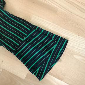 Mørkeblå med klar-grønne striber Style: A Bell blouse 35% silke / 65% bomuld