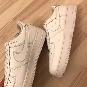 """Nike Air Force 1 """"Triple White"""" Størrelse 43 Cond 8 med lille rift på indersiden af den højre sko og en lille skramme på ydersiden af venstre sko  Intet OG medfølger  Pris 450,-  Køber betaler fragt"""