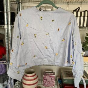 Superfin bluse fra Zara med de fineste detaljer på ryggen og broderede frugter.