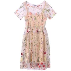 6f355e36824 Smuk kjole i beige med broderier. Str. Xl, men svarer til en dansk