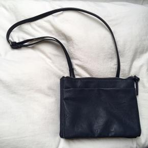 Fin Crossbody taske i imiteret læder☀️ Skriv for mere info eller billeder. Kvittering haves