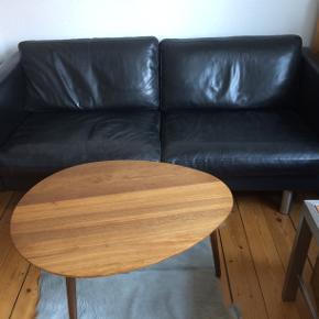 Sofa, læder, 2 1/2 pers.  Jeg sælger min sofa. Det er en 2 personers sofa i blødt sort kvalitetslæder. Sofaen er ca 1 , 76 cm lang , 79 cm bred og 66 cm høj . Den fremstår rigtig flot . Jeg beder eventuelle købere om ikke at kontakte mig for at forhandle prisen, da prisen ligger 100 % fast.