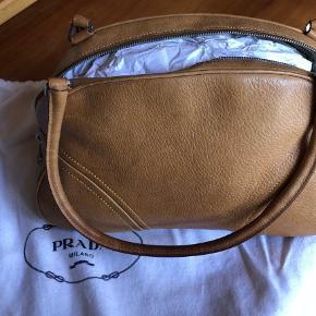 Prada taske i flot brun skind.  God men brugt. Ikke slidtegn og passet rigtig godt på.   Mål: 22x15x12 cm