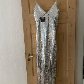 SMUKKESTE kjole fra Nelly. Aldrig brugt - stadig med mærker i, se billeder💋