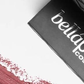 Brand: Bellápierre Bellapierre Bella Pierre Varetype: Matte Mineral Lipstick læbestift Størrelse: 3/5 gr. Farve: Envy Oprindelig købspris: 159 kr.  Bellápierre 100 % økologisk awardvindende mineral make-up, som mange sammenligner med Jane Iredale, og som primært forhandles hos professionelle kosmetologer.  Matte Mineral Lipstick er en højpigmenteret læbestift, som giver det helt perfekte matte look. Farven er Envy, som er en støvet rosa nuance.  Ny og helt ubrugt.  25 kr. + porto (10 kr. som B-brev)  Bytter ikke.