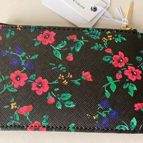 Lille sort / blomstret pung / kortholder med plads til flere kort (4 stk) og lille lynlås lomme fra Estella Bartlett / UO. Materiale r imiteret skind (blød i materiale) og foer poly. Mål: 8x13 cm 115 plus porto!