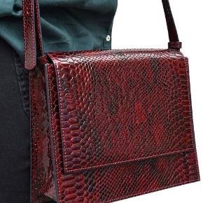 Sælger denne smukke taske da jeg ikke får den brugt. Standen er som ny, da den aldrig er brugt. Sender gerne flere billeder ved interesse. Nypris: 1200 kr.