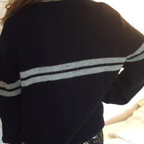 Label of graded goods sweater. Uld. Med to grå striber. V-Neck.