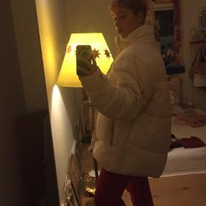 Mega cool puffa jakke fra asos, farven er hvid/creme. Brug max. 3 gange, så den er så god som ny!!  Sælges da jeg må indse, at jeg alligevel ikke synes den er stor til mig på den fede måde :/  Kan hentes på Nørrebro