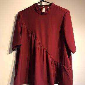 Sød bluse fra Vero Moda, der kun er brugt én gang. Byd gerne! Køber betaler fragt.