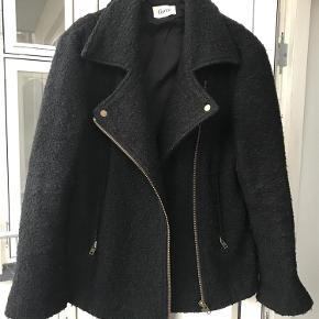33542cc9 Varetype: jakke Farve: Sort Oprindelig købspris: 2400 kr. Prisen angivet er  inklusiv