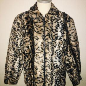 Soulland leopard overgangs jakke i hundred procent kunst stof - fake fur. Aldrig brugt - stadig med mærke. Størrelse medium og med blåt for.