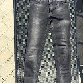 Smarte forvaskede sorte jeans fra Jack & Jones. Str. 29/34. Kun brugt få gange. Fremstår derfor som nye.  Portoen er 38 kr. som køber  betaler.  Bytter ikke. Se også mine øvrige annoncer. Betaling via mobilepay og sender med DAO fra dag til dag. (10)