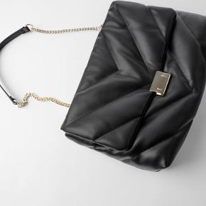 Smuk taske fra Zara. Brugt to gange indendørs. Derfor uden mærker eller skader. Fremstår som ny!