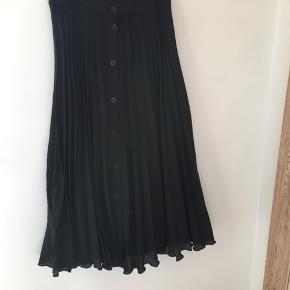 Plisseret nederdel fra asos 🌱 Nypris: 300,-
