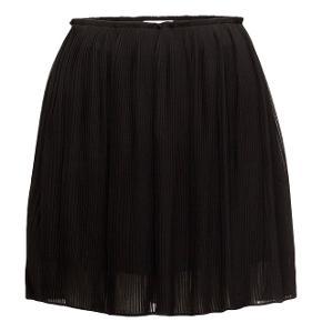 Plisseret sort nederdel fra Samsøe & Samsøe, i str S, brugt maks 3 gange og fremstår som ny. Nypris 600kr  Bytter ikke og køber betaler fragten 😊