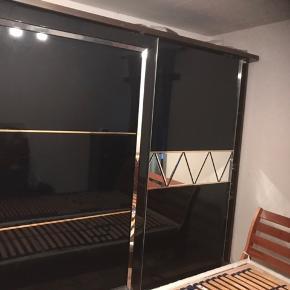 Stort og rumlig garderobeskabet  Mål : 260 B  210 H