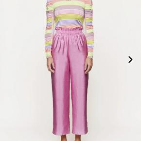 Sælger mine smukke Stine Goya andre pants i pink.  🌸 Str. xs.  🌸 Brugt 2 gange.  🌸 Nypris 1000 kr.  🌸 Sælges for 700 kr.   Køber betaler fragt og ts gebyr.