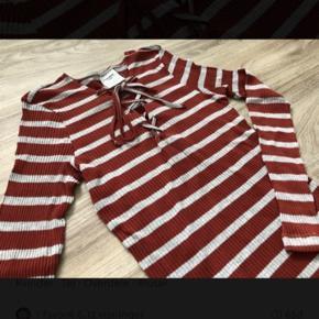 Rigtig fin bluse med striber og bindebånd ved brystet.  Den sidder til uden af være stram.  Der står str. L i den, og der vil den sidde til. Men vil sige, at hvis den ikke skal sidde super stramt, så passer den en S eller M.  Bindebånd kan tages uden på med sløjfe - ellers læg dem ind i blusen 🌸  Mp: 40,- pp  Se også mine andre annoncer.