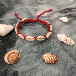 Rødt muslinge armbånd ❌ JULETILBUD, 20% PÅ ALLE SMYKKER + GRATIS FRAGT VED KØB FOR OVER 150kr ❌