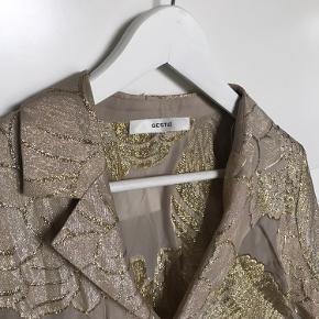 - Smukkeste skjorte fra Gestuz, som både kan bruges åben og lukket. Farverne skal næsten ses i virkeligheden!  - Aldrig brugt, fremstår derfor helt som ny.  - BYD