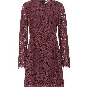 Den smukkeste, mørkerøde kjole i blonde fra Ganni. Kun brugt to gange, fejler intet.