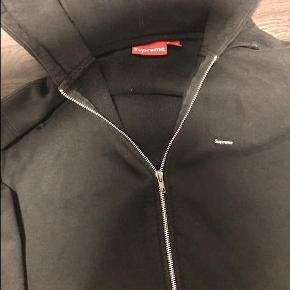 Varetype: hættetrøje Farve: Sort  Sælger denne zip hoodie fra Supreme da jeg ikke får brugt den :-)  Bud ønskes.