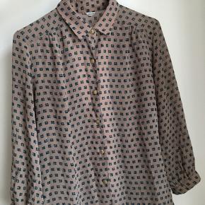 Vintage skjorte i fint mønster med originale gamle knapper. Puf ærmer