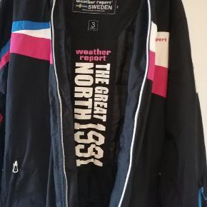 Fint skisæt (jakke og bukser) i sort med pink/blå detaljer. Af mærker: Weather Report (Sweden).  Købt brugt, dog kun brugt ganske lidt af tidligere sælger. Har selv kun brugt det et par dage for 2 år siden.