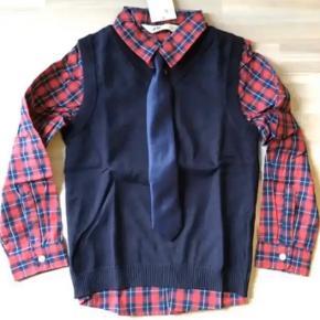 Ny skjorte slips og strik vest. Sender gerne med dao. Str 128. Flot til feks jul eller nytår eller fødseldag. Sender gerne med dao