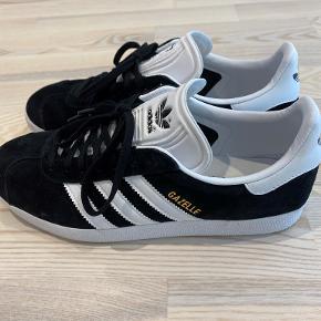 Adidas Originals GAZELLE Sneakers i Sort, str. 41  Dame sneakers  Oprindelig pris 749 kr.   Skoene er køb i efteråret 2019 og er brugt 2 gange.  De er så godt som nye. Sælger dem fordi jeg ikke er glad for den nye model af Gazelle.  Bor i Rødovre, arbejder i Bagsværd og kan hentes eller evt. mødes i København og omegn hvis det passer sammen.   Kan sendes mod købers betaling.
