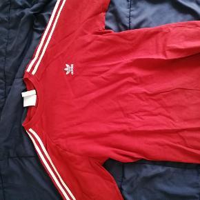 En rigtig fed Adidas Originals bluse som jeg dsv ikke for brugt nok, den har ingen huller eller pletter. Kommer fra et ikke-ryger hjem:)  Kom med et bud  Tjek mine andre annoncer, har bl.a. Yves Saint Laurent, Adidas, Nike, vans, Converse og en masse andre fede ting:)