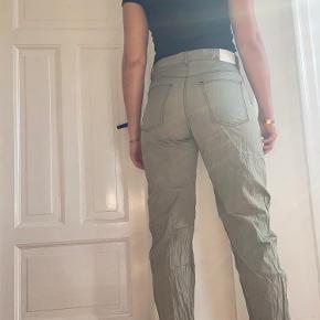Seje anderledes bukser i støvet oliven grøn fra Weekday