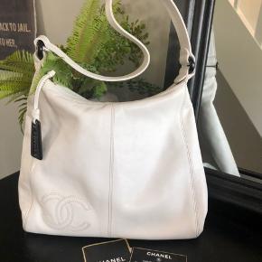 Vintage Chanel taske 🌸  Utrolig smuk taske i hvid læder, der er få brugstegn på hjørner og lidt misfarvet indvendigt.  Incl. Serienummer og kort.