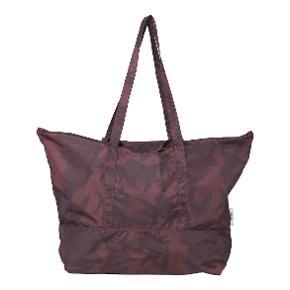 Fineste og altanvendelige Ganni taske sælges! Obs: tasken har et ganske lille hul i nederste hjørne - intet af betydning, men skal selvfølgelig nævnes (se sidste billede) 😊